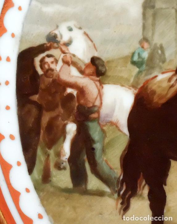 Antigüedades: SENSACIONAL PAREJA DE PLATOS EN PORCELANA DE SANTA CLARA CON ESCENAS PINTADAS A MANO. CIRCA 1920 - Foto 8 - 94385706