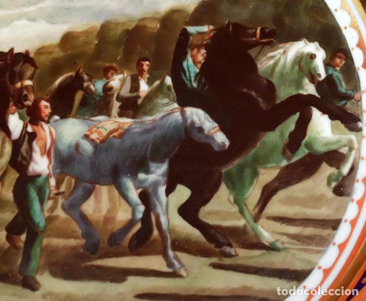 Antigüedades: SENSACIONAL PAREJA DE PLATOS EN PORCELANA DE SANTA CLARA CON ESCENAS PINTADAS A MANO. CIRCA 1920 - Foto 9 - 94385706