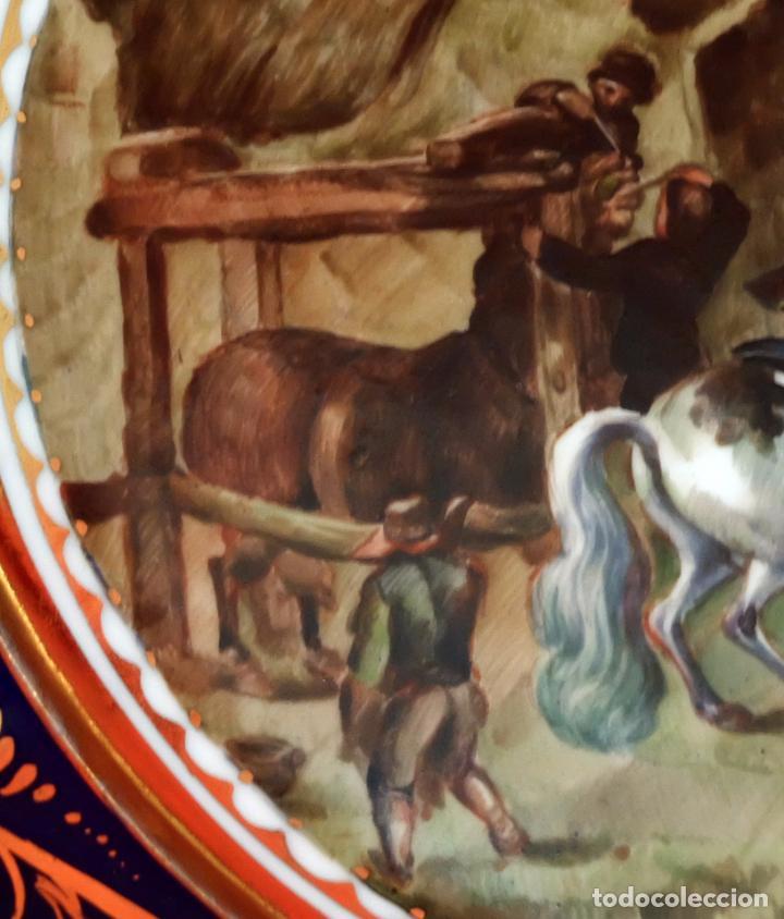 Antigüedades: SENSACIONAL PAREJA DE PLATOS EN PORCELANA DE SANTA CLARA CON ESCENAS PINTADAS A MANO. CIRCA 1920 - Foto 10 - 94385706