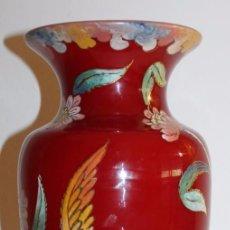 Antigüedades: JARRÓN EN CRISTAL SOPLADO - ESMALTADO AL FUEGO - FIRMADO ROYO - ROJO EXTERIOR E INTERIOR BLANCO. Lote 94386798