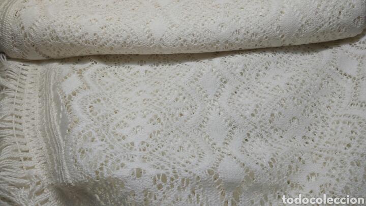 Antigüedades: Cubre camas precioso muy antiguo años 60 de encaje - Foto 2 - 101346450