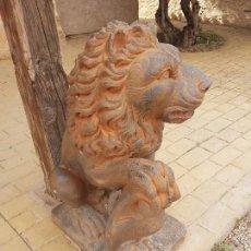 Antigüedades: PAREJA DE LEONES EN PIEDRA ARTIFICIAL. Lote 94479214