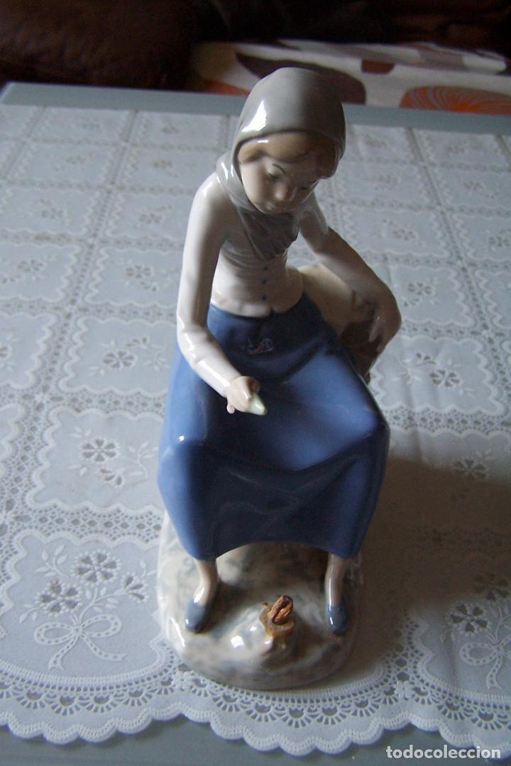 FIGURA DE MUJER DE PORCELANA PINTADA. REX, VALENCIA. HAND MADE (HECHO A MANO). (Antigüedades - Hogar y Decoración - Figuras Antiguas)