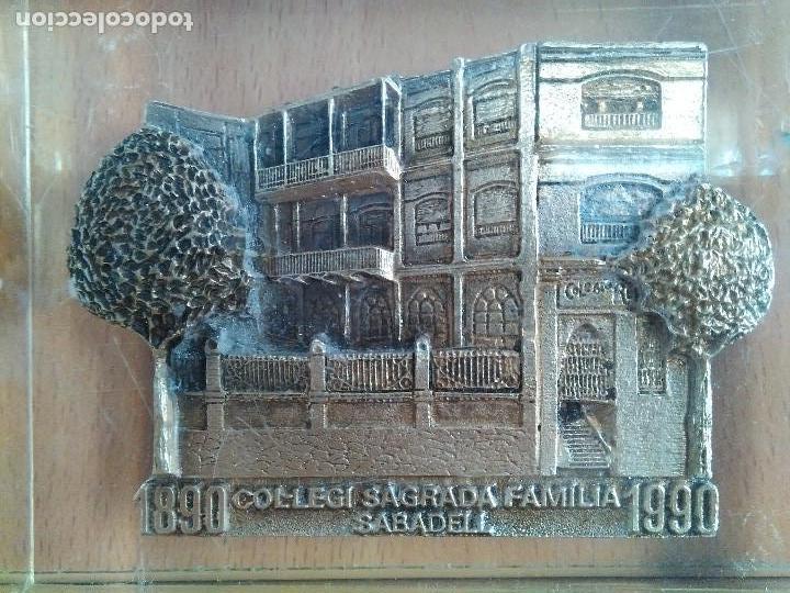 ANTIGUO PISAPAPELES EN METRAQUILATO CON IMAGEN EN METAL COLEGIO SAGRADA FAMILIA SABADELL. (Antigüedades - Hogar y Decoración - Otros)
