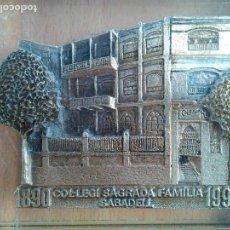 Antigüedades: ANTIGUO PISAPAPELES EN METRAQUILATO CON IMAGEN EN METAL COLEGIO SAGRADA FAMILIA SABADELL.. Lote 94488130