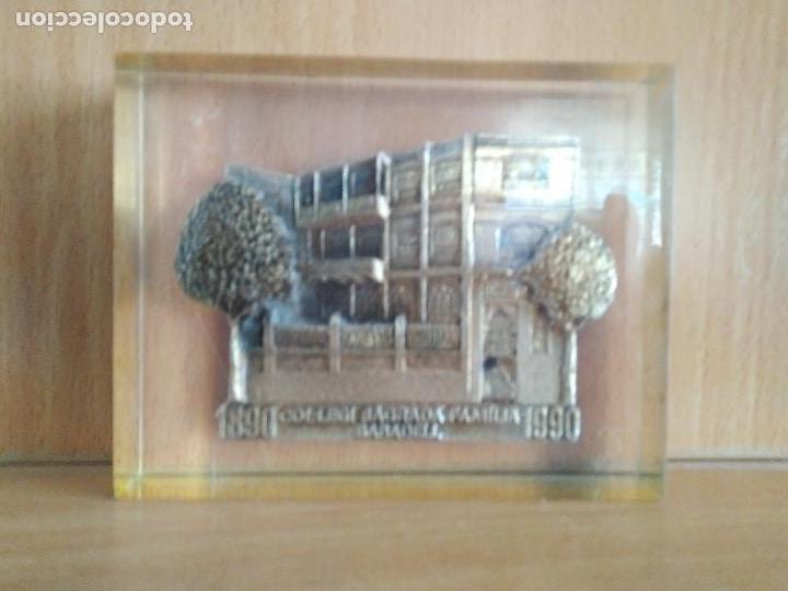 Antigüedades: Antiguo pisapapeles en metraquilato con imagen en metal colegio sagrada familia Sabadell. - Foto 2 - 94488130