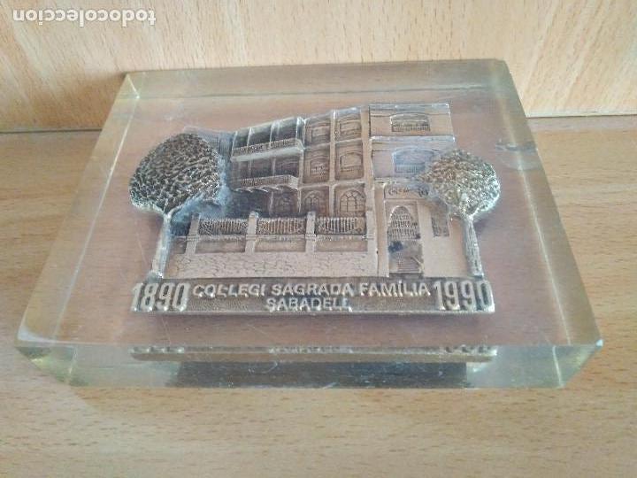 Antigüedades: Antiguo pisapapeles en metraquilato con imagen en metal colegio sagrada familia Sabadell. - Foto 4 - 94488130