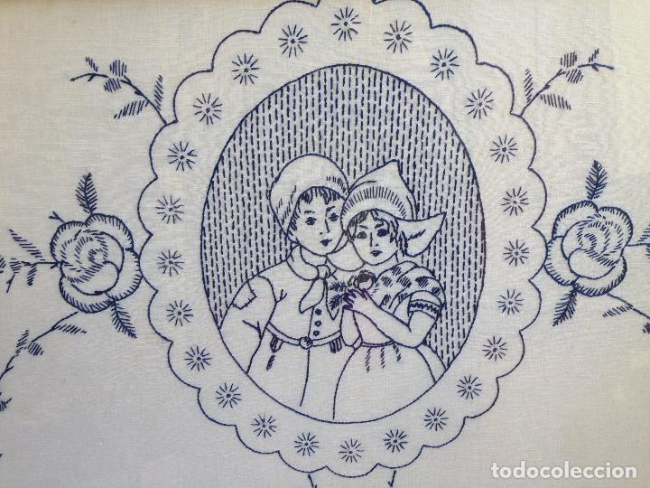 Antigüedades: PRECIOSO BORDADO HECHO A MANO REPRESENTANDO PAREJA DE NIÑOS HOLANDESES ENMARCADO . - Foto 2 - 94490810