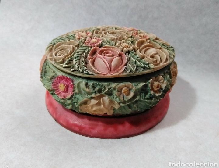 JOYERO EN PORCELANA. MOTIVOS FLORALES EN RELIEVE (Antigüedades - Porcelanas y Cerámicas - Otras)