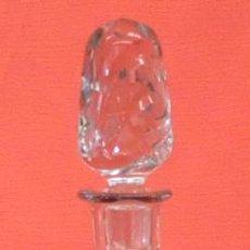 Antigüedades: BOTELLA LICORERA EN CRISTAL TALLADO Y DECORACIONES GRABADAS AL ACIDO. CIRCA 1940. Lote 94731935
