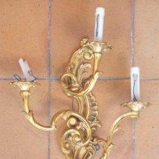 Antigüedades: APLIQUE DE 3 LUCES ESTILO LUIS XV EN BRONCE DORADO.. Lote 94851883