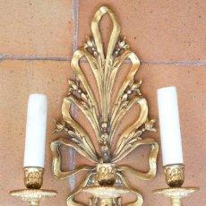 Antigüedades: APLIQUE DE 3 LUCES ESTILO LUIS XVI EN BRONCE DORADO.. Lote 94852055