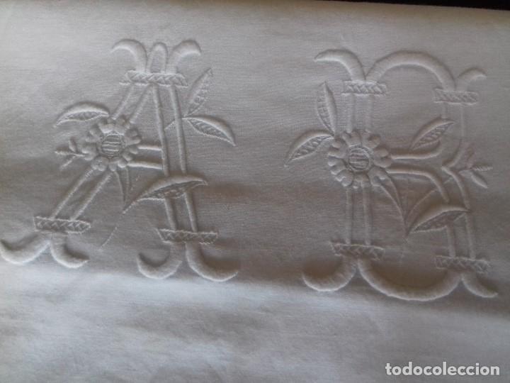 Antigüedades: ANTIGUA FUNDA DE ALMOHADA CON INICIALES BORDADAS A MANO Y ENCAJE - Foto 2 - 94891227