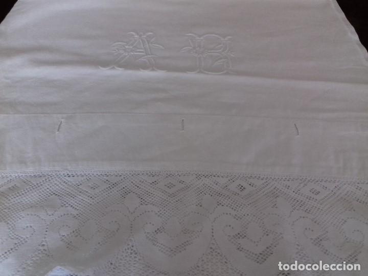 Antigüedades: ANTIGUA FUNDA DE ALMOHADA CON INICIALES BORDADAS A MANO Y ENCAJE - Foto 4 - 94891227