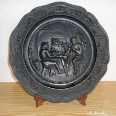 Antigüedades: PLATO DE HIERRO FUNDIDO.MOTIVO TABERNA.. Lote 94910035