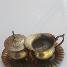 Antigüedades: ANTIGUOS RECIPIENTES METAL DECORACIÓN. Lote 94937042