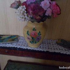 Antigüedades: FLOREO CON FLORES ARTIFICIALES ES DE LOS AÑOS 60 MIDE DE ALTURA UNOS 30 CENTIM.. Lote 94941227