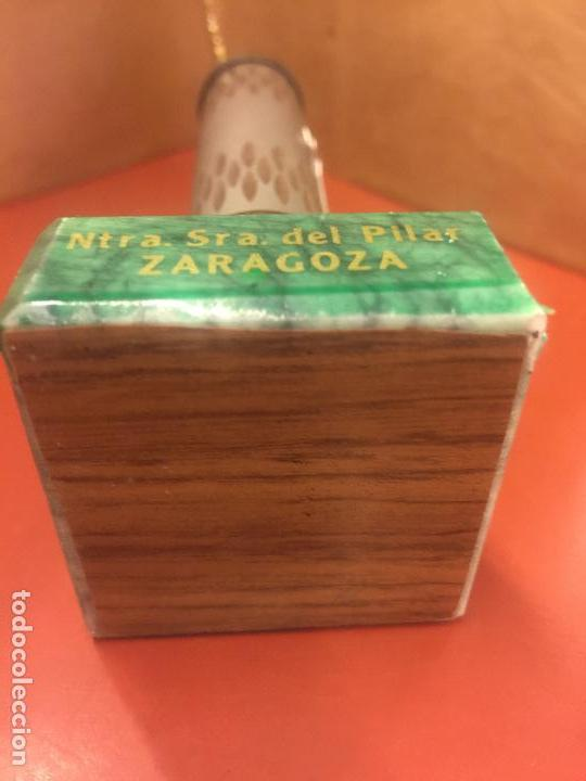 Antigüedades: VIRGEN DEL PILAR o PILARICA metalica, sobre peana tambien metalica - Foto 3 - 94955063