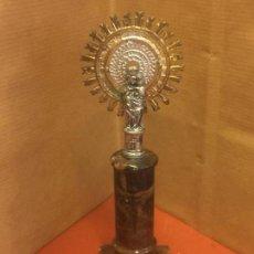Antigüedades: VIRGEN DEL PILAR O PILARICA METALICA, SOBRE PEANA DE MARMOL. Lote 94955139