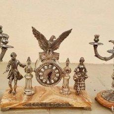 Antigüedades: GRAN GUARNICIÓN DE RELOJ Y PAREJA DE CANDELABROS. Lote 94988903