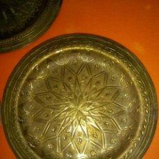 Antigüedades: 3 PLATOS EN BRONCE CINCELADO CON PRECIOSO DIBUJO. Lote 95035839