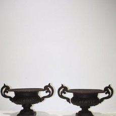 Antigüedades: PAREJA DE MACETEROS ANTIGUOS DE HIERRO FUNDIDO. Lote 95066699