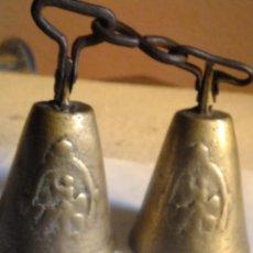 Antigüedades: 2 CAMPANILLA BRONCE PARA ANIMALES CON IMAGEN PROTECTORA GANADO. Lote 115986139