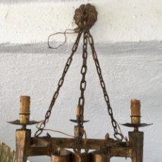 Antigüedades: LAMPARA HIERRO FORJADO ESTILO MEDIEVAL ANTORCHAS VELAS DORADO COLGAR Y PIE 45CM DIAMETRO . Lote 95123339