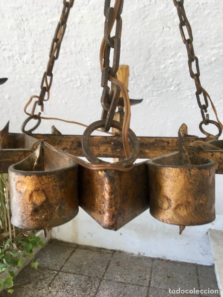 Antigüedades: Lampara hierro forjado estilo medieval antorchas vElas dorado colgar y pie 45cm diametro - Foto 3 - 95123339