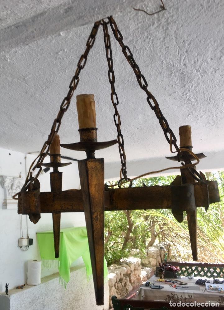 Antigüedades: Lampara hierro forjado estilo medieval antorchas vElas dorado colgar y pie 45cm diametro - Foto 10 - 95123339