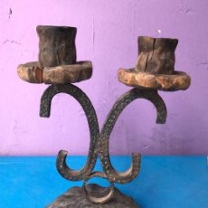 Antigüedades: ANTIGUO CANDELABRO EN FORJA Y BASE DE MADERA. Lote 95156899