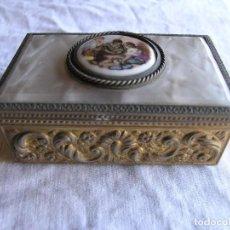 Antigüedades: CAJA JOYERO MUSICAL ANTIGUO - NÁCAR O IMITACIÓN NÁCAR Y METAL - CAMAFEO EN LA TAPA - CON ESPEJO. Lote 95160167