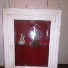 Antigüedades: PRECIOSA VITRINA DE PARED 48 X 70 CM. Lote 95222703