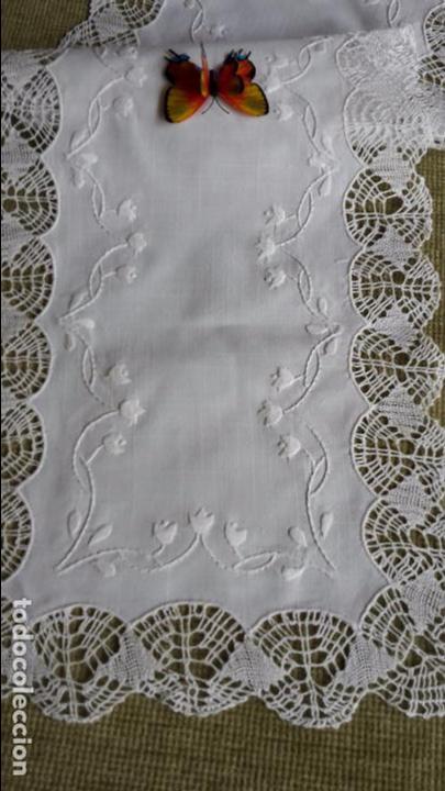 Antigüedades: Precioso camino de lino,bordado y bolillo a mano.beige claro .90 x 30 cm. nuevo - Foto 3 - 104251607