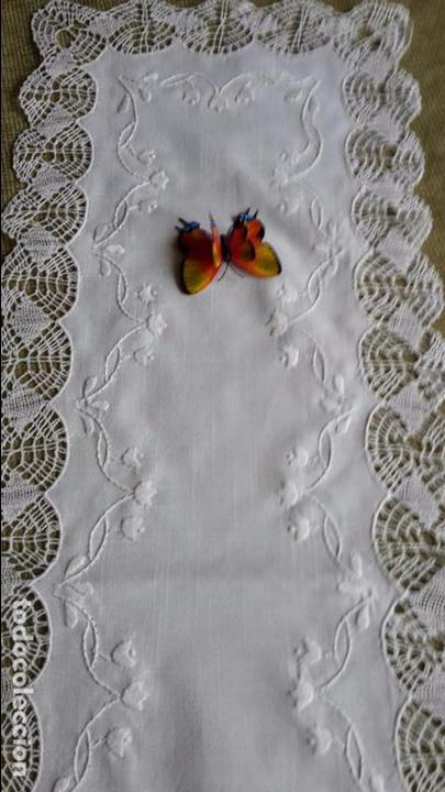 Antigüedades: Precioso camino de lino,bordado y bolillo a mano.beige claro .90 x 30 cm. nuevo - Foto 4 - 104251607