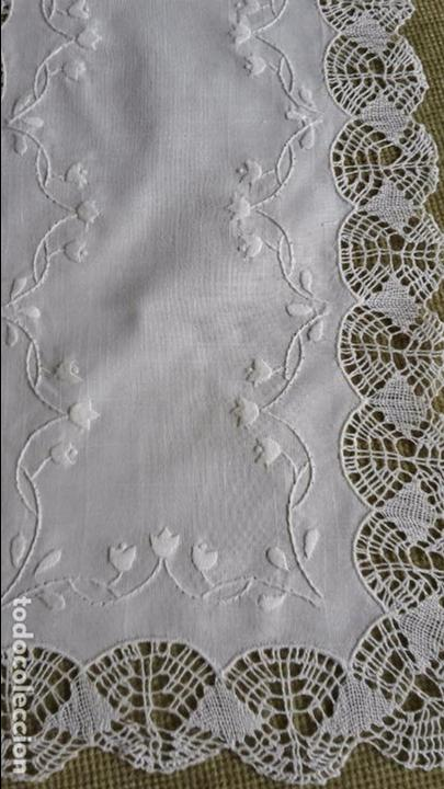 Antigüedades: Precioso camino de lino,bordado y bolillo a mano.beige claro .90 x 30 cm. nuevo - Foto 7 - 104251607
