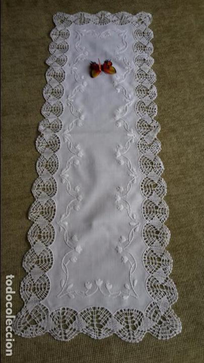 Antigüedades: Precioso camino de lino,bordado y bolillo a mano.beige claro .90 x 30 cm. nuevo - Foto 8 - 104251607