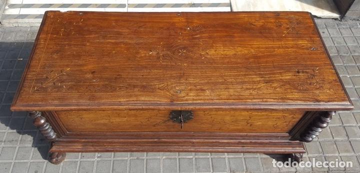 Antigüedades: ARCÓN MALLORQUÍN. MADERA DE MORERA CON MARQUETERÍA. ESPAÑA. SIGLO XVII-XVIII. - Foto 2 - 95356955