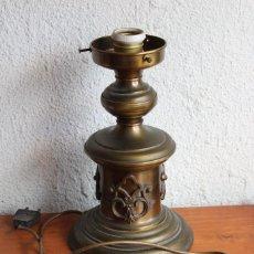 Antigüedades: LAMPARA DE SOBREMESA TIPO QUINQUE DE BRONCE Y METAL. Lote 95359191
