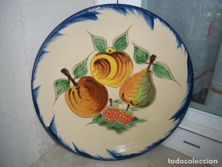 PRECIOSO PLATO CERAMICO FIRMADO PUIGDEMONT 27,5 CM MOTIVO FRUTAS POSIBLE RECOGIDA EN MALLORCA (Antigüedades - Porcelanas y Cerámicas - La Bisbal)