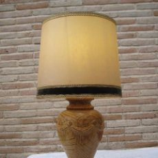 Antigüedades: LAMPARA DE MESA EN MADERA MACIZA TALLADA, CON TULIPA.. Lote 95630363