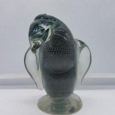 Antigüedades: PINGUINO ANTIGUO PISAPAPELES EN CRISTAL DE MURANO VERDE BOTELLA Y DESTELLOS DE PLATA DE LEY, XIX .. Lote 101093603