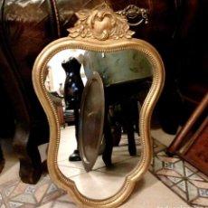Antigüedades: ANTIGUO ESPEJO DE MADERA CON PENACHO EN PAN DE ORO - 54 X 34 CM. Lote 95710187