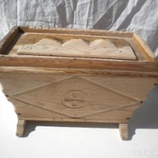 Antigüedades: EXCELENTE ARQUETA DE PINO DE PASTORIL . Lote 95728023