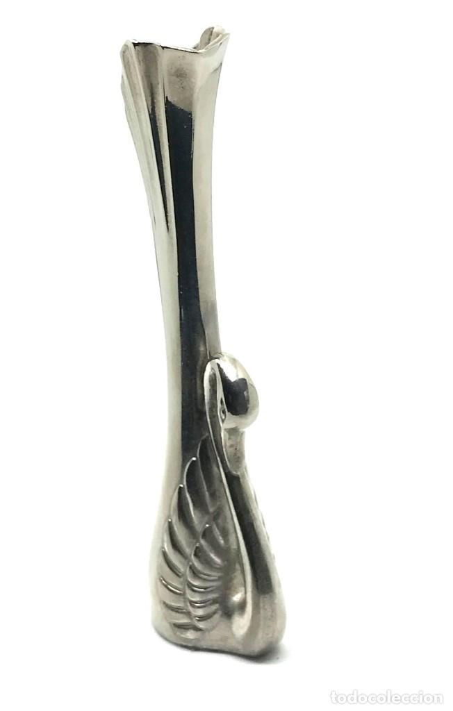 Antigüedades: Florero miniatura con figura de cisne, metal, vintage. - Foto 2 - 95729348
