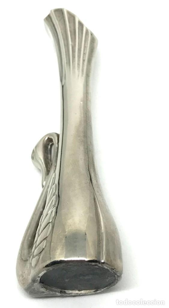 Antigüedades: Florero miniatura con figura de cisne, metal, vintage. - Foto 4 - 95729348