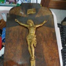 Antigüedades: ANTIGUO CRUCIFIJO DE METAL EN MADERA. . Lote 95744299