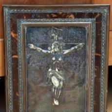 Antigüedades: PLAFON DEL CRISTO EN RELIEVE PINTADO SOBRE TABLA. FINALES DEL SIGLO XVIII. MARCO EN MADERA Y CAREY. Lote 95805695