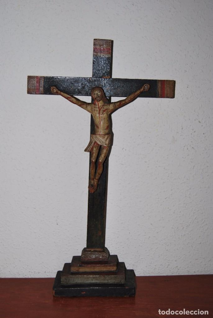 CRUCIFIJO CON PEANA - JESÚS CRUCIFICADO - TALLA DE MADERA POLICROMADA - CRISTO DOLIENTE - S.XVIII (Antigüedades - Religiosas - Crucifijos Antiguos)