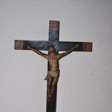 Antigüedades: CRUCIFIJO CON PEANA - JESÚS CRUCIFICADO - TALLA DE MADERA POLICROMADA - CRISTO DOLIENTE - S.XVIII. Lote 95847871